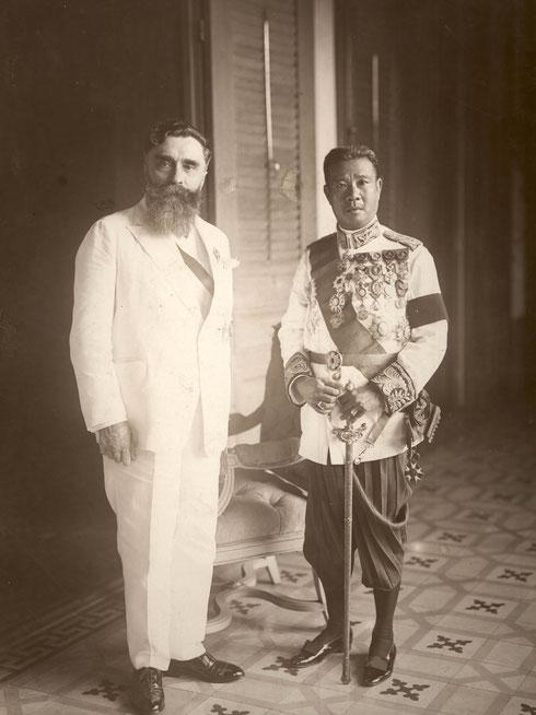 LE GOUVERNEUR A. VARENNE (1925_1928) AVEC S. M.  LE ROI SISOWATH MONIVONG (1875 +1941,  REGNE  1927_1941)