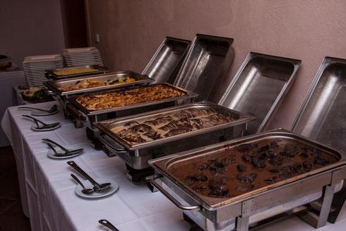 Salate, Anti Pasti, Roastbeef, geräucherter Fisch, Fingerfood, Aioli, Gratin Gemüse, Dessert und Käse Panna Cotta, Beeren-Salat, Creme Brülee´