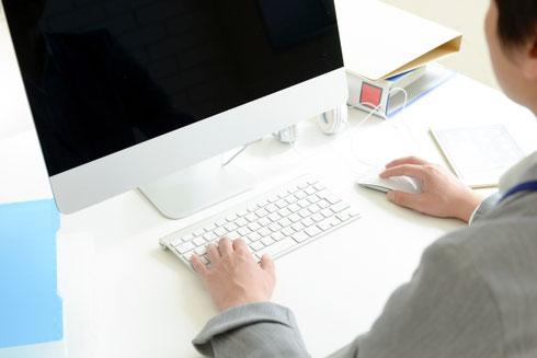 コピーライターの原稿を基にホームページを制作するWebデザイナー