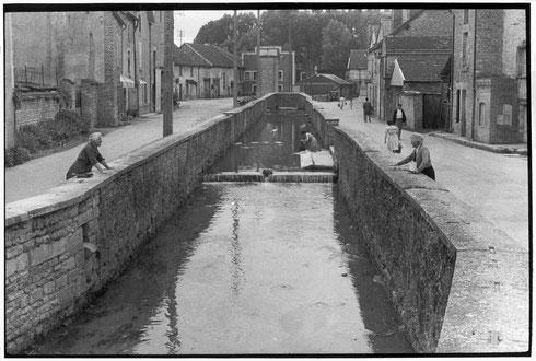 FRANCE. Champagne-Ardenne. Aube. Mussy-sur-Seine. 1955. The Seine river.