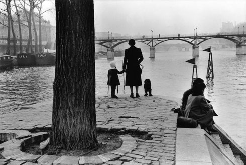 FRANCE. Paris. 1953. 1st arrondissement. Ile de la Cité. The Pont des Arts bridge seen from the Vert-Galant outlook.
