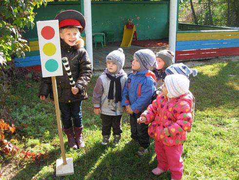 Наша Таня все знает о светофоре и может об этом рассказать малышам