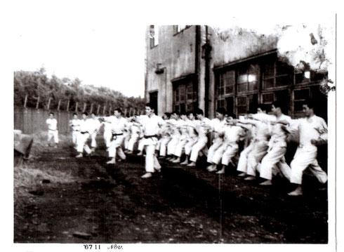 1967年11月 稽古風景 (中央大学水道橋校舎道場前)