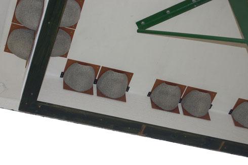 Turm für Mehlschwalben mit künstlichen Nisthilfen