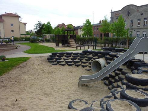 Rutsche und ein ganz besonderer Sandkasten aus Autoreifen. (Foto: Wieck & Partner)