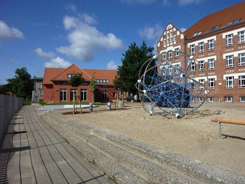 Blick auf das Schulhofgelände mit Kletterball im Vordergrund (Foto: Wieck & Partner)