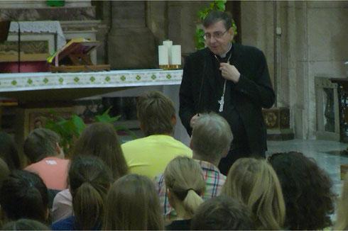 Ministranten in Rom im Gespräch mit dem Schweizer Kardinal Kurt Koch.