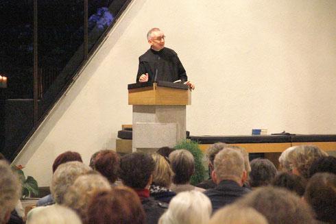 """Alt-Abt Martin Werlen wirbelte mit seinem Vortrag """"in der Kirche Staub auf""""."""