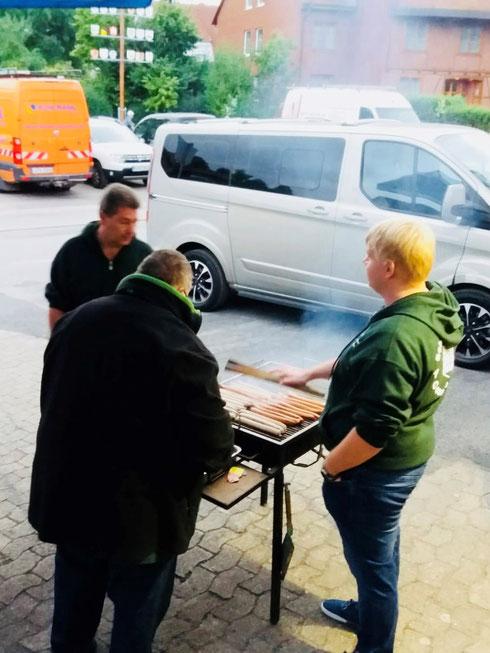 Heute für Sie an der Grillzange: Schützenbruder Malte Kanus