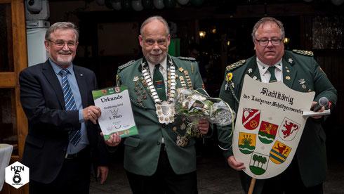 von links: Laatzens stellvertretender Bürgermeister Ernesto Nebot, Stadtkönig Klaus Specht, 1. Vorsitzender Heiko Fichte