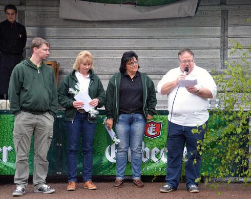 Der 1. Vorsitzende Heiko Fichte gibt die Sieger/innen des Preisschießens bekannt, Dorffest, Ingeln-Oesselse
