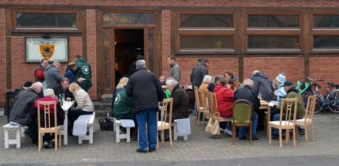 "Angrillen vor der Vereinsgaststätte Restaurant ""Alt Oesselse"""