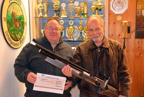 von links: Der 1. Vorsitzende Heiko Fichte und Schießsportleiter Klaus Specht freuen sich über das neue Gewehr.
