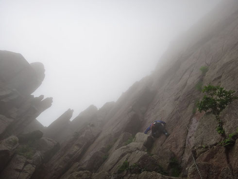 岩峰にむかって