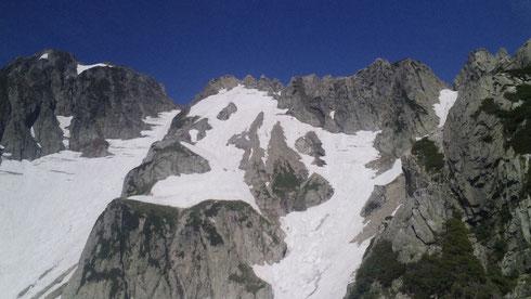 八ツ峰4峰から中央に熊の岩と左に源治郎尾根右に八ツ峰上半部を望む