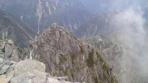 前穂高山頂より登ってきた岩峰を望む