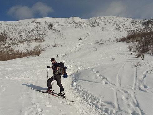 登りの5合目でN村さん。伊吹山山頂にむけて蟻のようにのぼる登山客のあとを追って登ります
