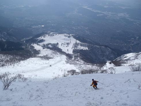 7合目あたりを滑走。5~3合目を見下ろして滑ります。雪が悪くてもこの景色は素晴らしい (N村さん提供写真)