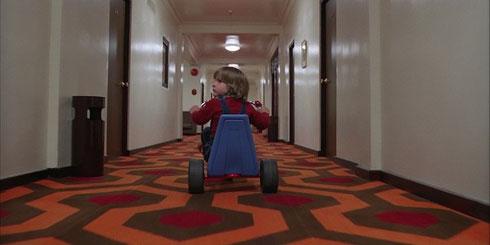 ダニーが237号室に三輪車で向かうところ!