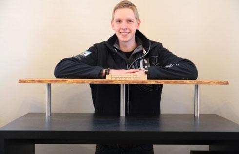 Malte Schimkatis baute sich seinen eigenen Schreibtisch mit erhöhter Ablage aus einer Holzbohle, die mit der Baumrinde einen besonderen Kontrast zum schwarzen Rest ergibt.