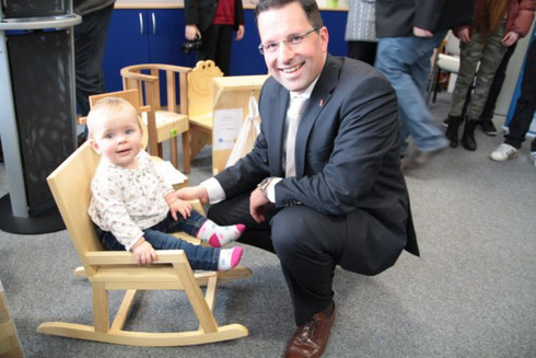 Kai Seefried wohnte der Veranstaltung mit seiner Tochter bei und probierte die Kinderstühle gleich aus.