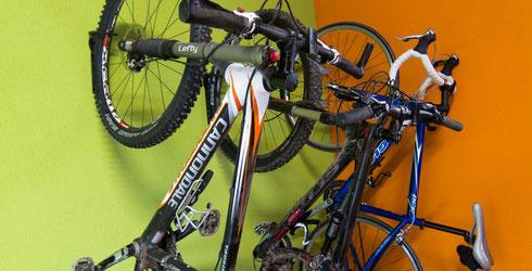 Da hängen sie nun, die Mountainbikes und Rennräder.