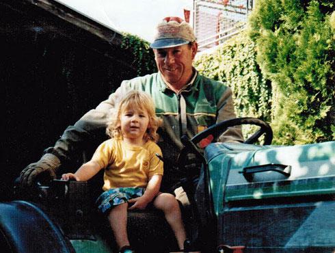 Egon mit Klein Hannes auf dem Traktor: Früh übt sich, wer einmal Landwirt werden will.