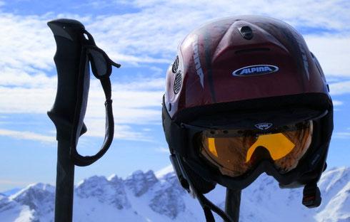 Auch der Helm genießt die warmen Sonnenstrahlen auf dem Grubenkopf