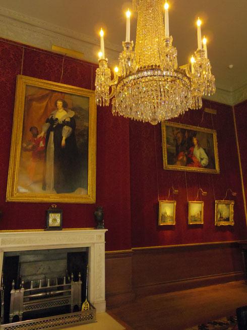 ダイニングルーム。豪華なシャンデリアと、伯爵婦人たちのレイノルズなどの有名画家により描かれた絵画たち。 サイズ感がわからないけれどかなり大きい絵。