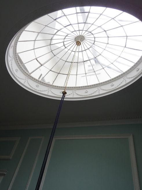 二階へ。天井の明り取り窓、この楕円形がいかにも1700年代らしくて素敵。