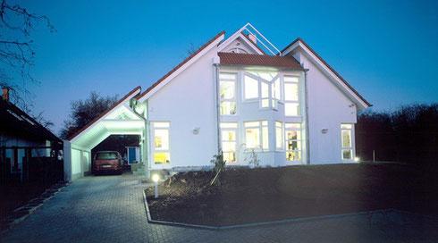 Energiesparlampen, Eco-Halogenlampen sowie LED-Leuchten sind bedeutend energieeffizienter als die althergebrachte Glühbirne.