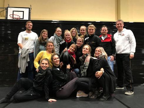 Die Dancelicious Small-Group mit der gesamten Reisegruppe am 11.11.2017 in Mörfelden-Walldorf (Foto: Pfeiffer)