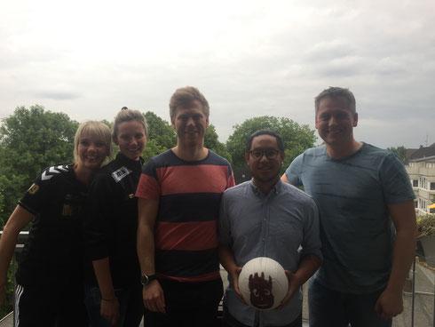 Und nochmal im Gegenlicht über den Dächern von Essen: Der Futsalicious Essen-Vorstand mit Lukas und Phong ... und Volleyball (Foto: Wehling)