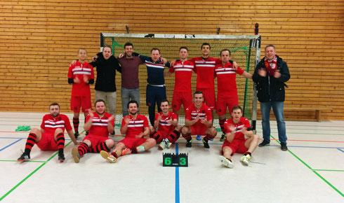 Derbysieger! Derbysieger! Hey! Hey! Ausgelassen und erleichtert nach tollem Heimspiel gegen den PCF Mülheim (Foto: Gött)
