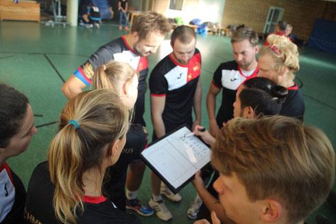 Ordnung ins Spiel und Klarheit in die Köpfe bringen: Schmetterlicious sammelt weiter Erfahrung im Volleyball-Wettkampfmodus (Foto: Beckers)