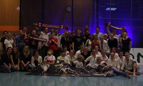 """Die """"Dancelicious""""-Meister-Tänzerinnen im Kreise der """"Futsalicious-Familie"""" (Foto: Arne Boecker)"""