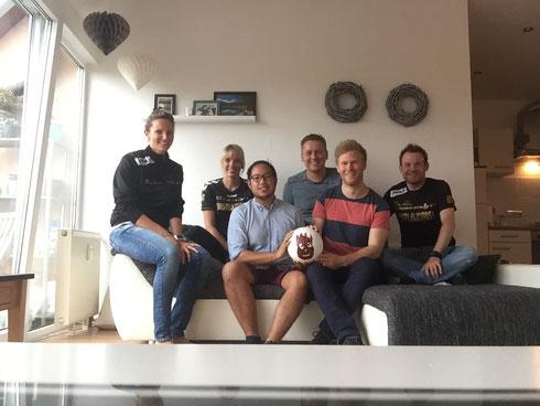 """Der Vorstand von Futsalicious Essen e.V. (hinten) mit den drei """"Neuzugängen"""" (vorne): Phong Phan, Volleyball und Lukas Gravel (Foto: Wehling)"""