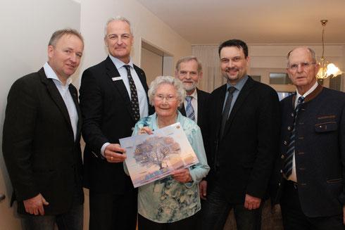 Die Lions gratulierten anlässlich der Preisübergabe der freudigen Gewinnerin im Vordergrund: Fr. Niemeyer!