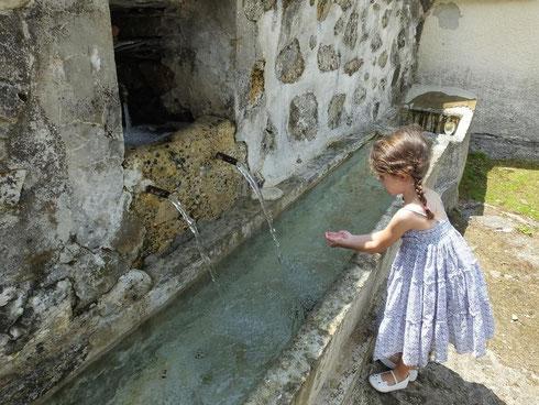 Ma petite fille sous le charme de la fontaine
