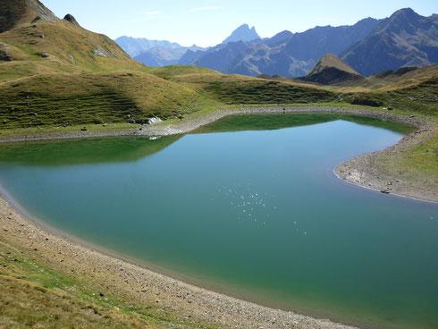 Magnifique lac de montagne qu il faut absolument visiter dénivelé depuis le parking 1000m niveau  (randonneur