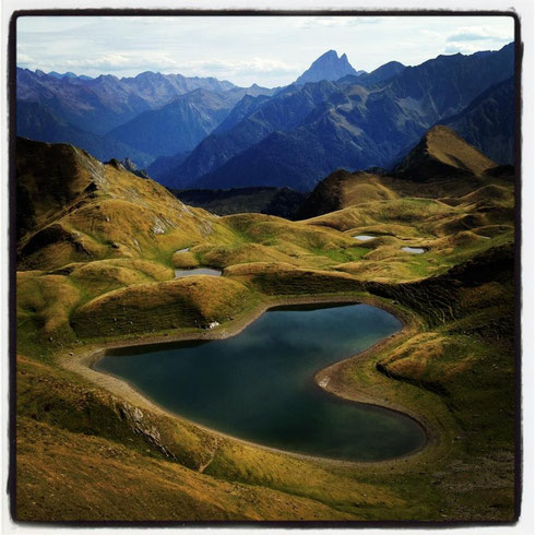 Au dessus d'Aydius, le lac d'Iseye                                                             La montagne offre à l homme tout ce que la société moderne oublie de lui donner
