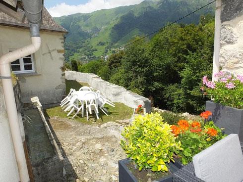 Vue depuis la terrasse sur un espace ou la convivialité et l esprit vacance se croisent