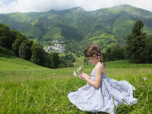 Ma petite fille à la découverte de la flore sauvage à 10 minutes du gîte