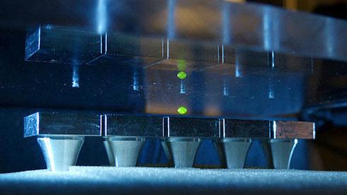 音波による浮遊装置は、化学合成実験などに応用できる可能性がある。