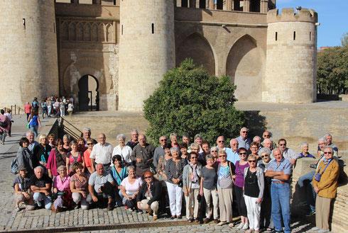 Le groupe devant le palais arabe de l'Aljaferia devenu le siège du Parlement d'Aragon.