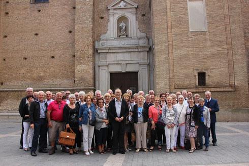 En companie du prêtre de la paroisse devant l'église de Corella où le groupe a chanté