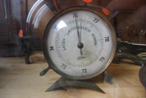Uhren gibts nur als Deko zum Haus. Die funktionieren alle nicht, bis auf die in der Küche.