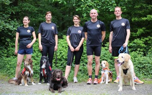 Die Mannschaft der BRH Rettungshundestaffel Rhein-Mosel e.V.: Tamara Heusel mit Mayuma, Gina Plum mit Heaven, Steffi Wolf mit Acon, Stefan Eckert mit Murphy und Raymond Rooy mit Knut