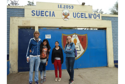 De gauche à droite :  Mateo, un ancien bénévole, son amie Karina et les deux nouvelles bénévoles, Jael et Johanna
