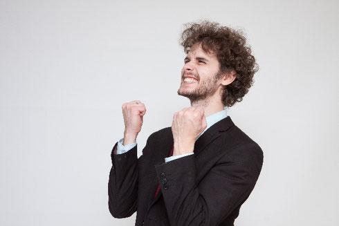 ストレスクリア ビリーフチェンジ トゥルーステップ 心理カウンセラー 心理セラピスト 黎明期 作成 評価 効果が高い ガッツポーズする男性 はたなかとよひで 畑中登世秀